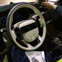 Первое фото интерьера новейшего Range Rover Velar