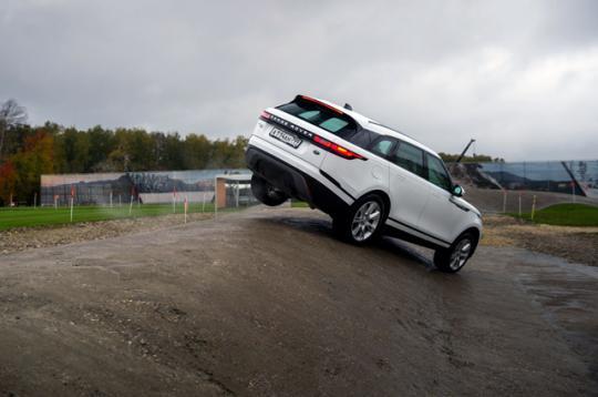 В Сети появился первый тест-драйв Range Rover Velar